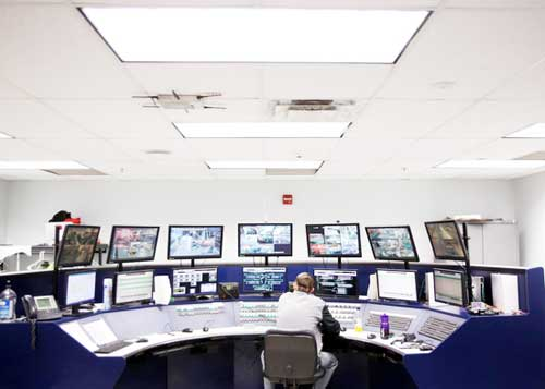 位于北卡罗来纳州联邦快递配送中心内的一个控制中心。该物流中心一直拥有很高的自动化程度,现在机器人也加入了进来