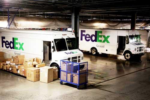 在北卡罗来那州的一个配送中心,联邦快递的卡车旁有各种大小的箱子