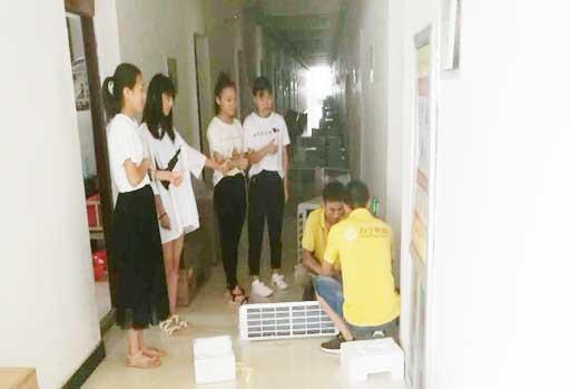 安装空调被同学们围观